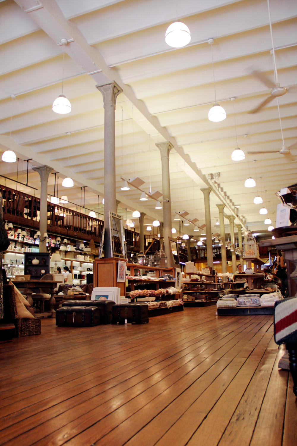 Interior del local del Bazar La Ibérica